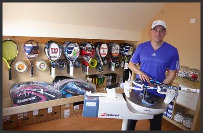 Wilt u uw racket laten voorzien van nieuwe Tennissnaren?